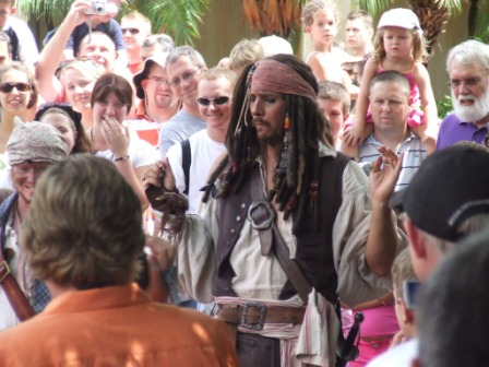 Iemand deed Captain Jack Sparrow van Pirates of the Carribean na (wel heel erg goed)